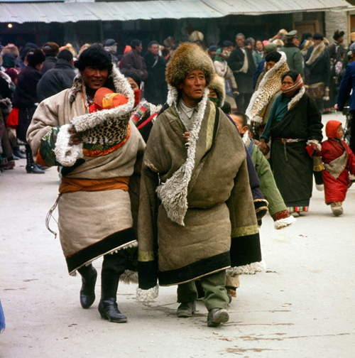 Men in thick fur-lined chubas.